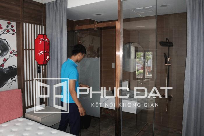 Mẫu phòng tắm kính sang trọng được Eros thiết kế đặt trong phòng khách sạn cao cấp.
