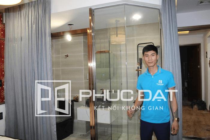 Vách kính nhà tắm cửa lùa trong phòng ngủ – Sản phẩm do Phúc Đạt Door lắp đặt cho khách sạn tại TpHCM.
