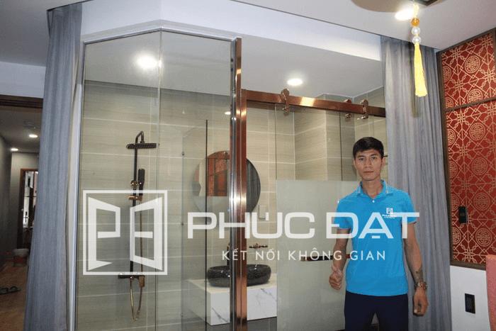 Phòng tắm khung inox mạ vàng - Công trình khách sạn Eros Phú Nhuận.