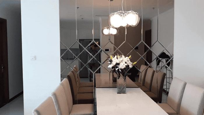 Phòng ăn trở nên tao nhã và sang trọng nhờ lắp đặt kính thủy trang trí