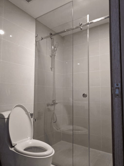 Cửa kính lùa ray treo inox 10x30 được đa số khách hàng lắp đặt cho phòng tắm kính.