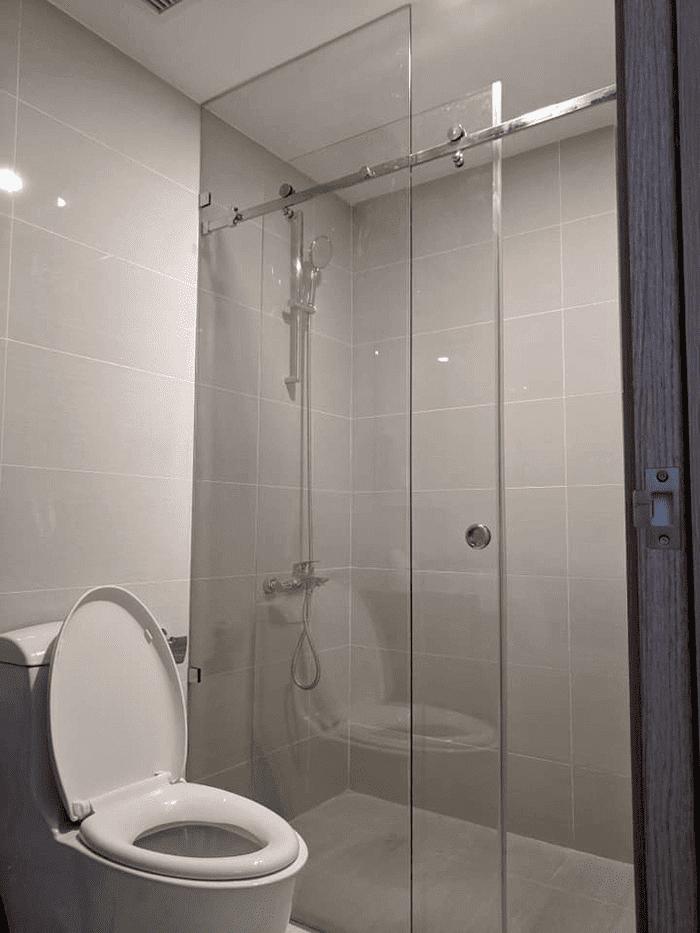 Mẫu phòng tắm kính cường lực đẹp lắp đặt bởi Phúc Đạt.