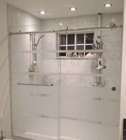 Phòng tắm kính lùa với thiết kế ngăn đôi nhà tắm đơn giản.
