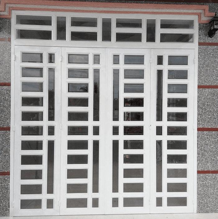 Mẫu cửa sắt 4 cánh đẹp 2020 dạng cửa chia ô kính cường lực.