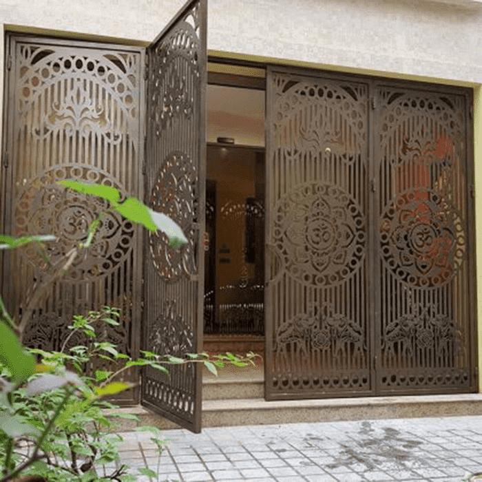 Mẫu cửa sắt 4 cánh lắp đặt cho nhà biệt thự.