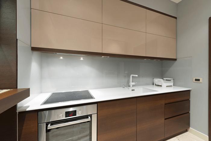 Mẫu tủ bếp có tủ trên Acrylic và tủ dưới Laminate.