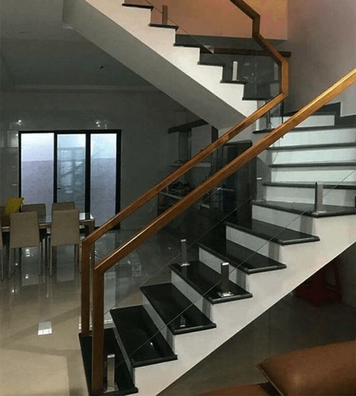Cầu thang lan can kính trụ lửng có cấu tạo trang nhã, thanh thoát.