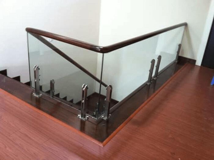 Cầu thang lan can kính trụ lửng.