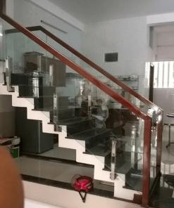 Cầu thang kính cường lực trụ lừng kết hợp tay vịn vuông hiện đại.