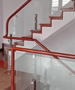 Cấu tạo cầu thang trụ lửng với kính cường lực, tay vịn gỗ, trụ lửng và kẹp cố định kính bám vào tay vịn.