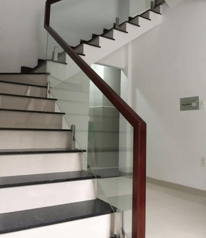 Công trình nhà biệt thự lắp đặt cầu thang kính trụ lửng do Phúc Đạt thực hiện.