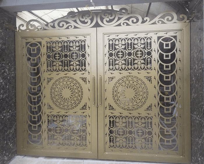 Mẫu cổng màu vàng đồng dạng cổng sắt CNC đẹp.
