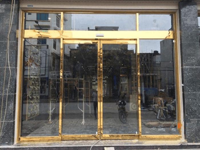 Cửa kính lùa khung inox mạ vàng - Cửa kính lùa 2 cánh.