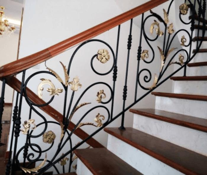 Mẫu cầu thang đẹp với các đường nét sắt uốn đơn giản.