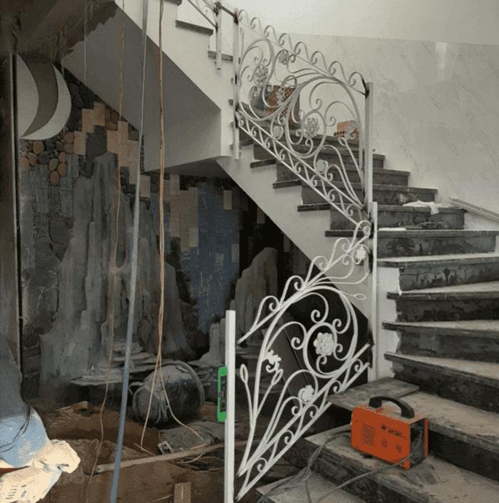 Cầu thang sắt đẹp sơn màu trắng.