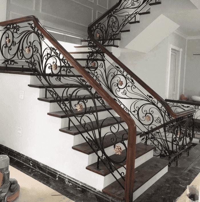 Mẫu cầu thang sắt nghệ thuật lắp đặt cho biệt thự ở Hà Nội.