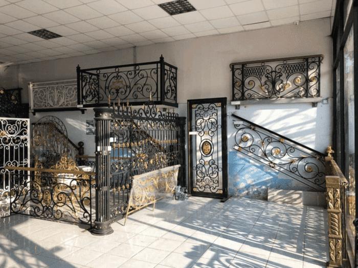 Các mẫu lan can, ban công, cửa cổng sắt mỹ thuật đẹp trưng bày tại showroom.