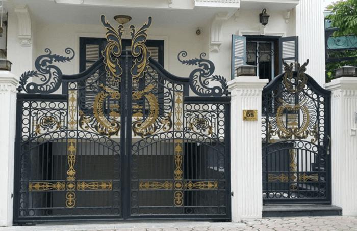 Cổng sắt sơn màu đồng phối với màu đen.
