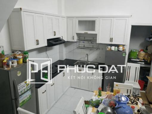 Tủ bếp nhôm tĩnh điện màu trắng giả gỗ cao cấp.
