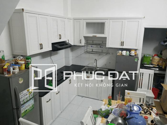 Tủ bếp nhôm màu trắng đẹp cho nhà chung cư thi công bởi Phúc Đạt.