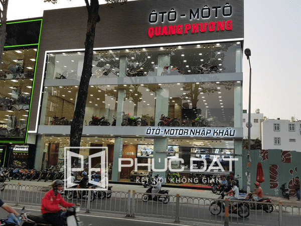 Toàn bộ kiến trúc vách kính cố định & hệ thống cửa kính cường lực showroom Ô tô - Mô tô Quang Phương do Phúc Đạt thực hiện.