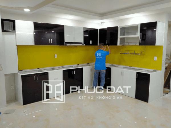 Mẫu tủ bếp nhôm lớn được Phúc Đạt thi công cho khách hàng có không gian bếp rộng.