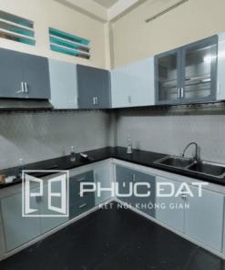 Tủ bếp nhỏ mini thiết kế đơn giản, phối hợp giữa kính bếp màu xám và màu trắng sữa.