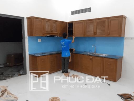 Mẫu tủ bếp nhôm Omega đẹp lắp đặt bởi đội ngũ Phúc Đạt Door.