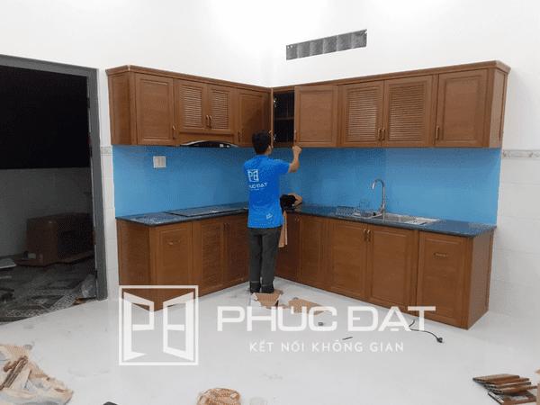 Mẫu tủ bếp nhôm kính vân gỗ đẹp thi công trong tháng 5/2020.
