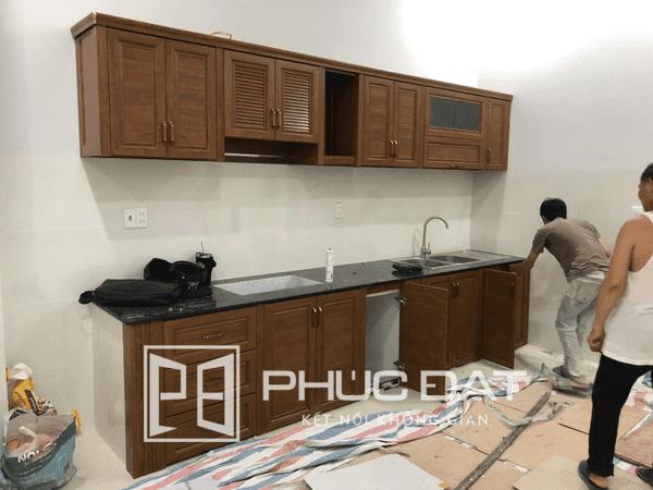 Mẫu tủ bếp nhôm kính vân gỗ đẹp lắp đặt tại Hà Nội.