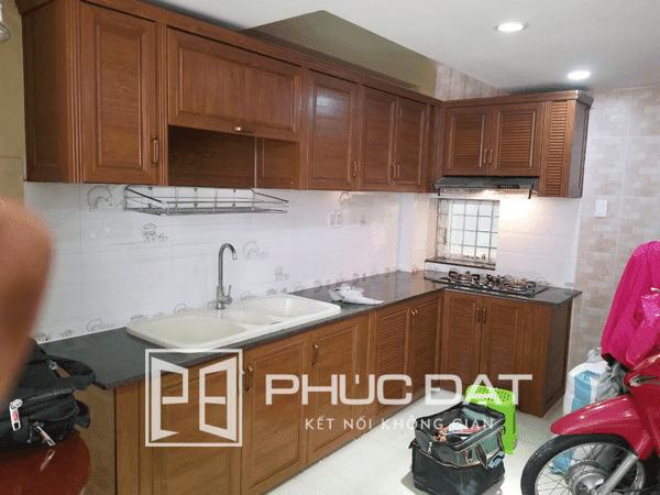 Tủ bếp nhôm giả gỗ sử dụng nhôm nội thất Omega Deco.