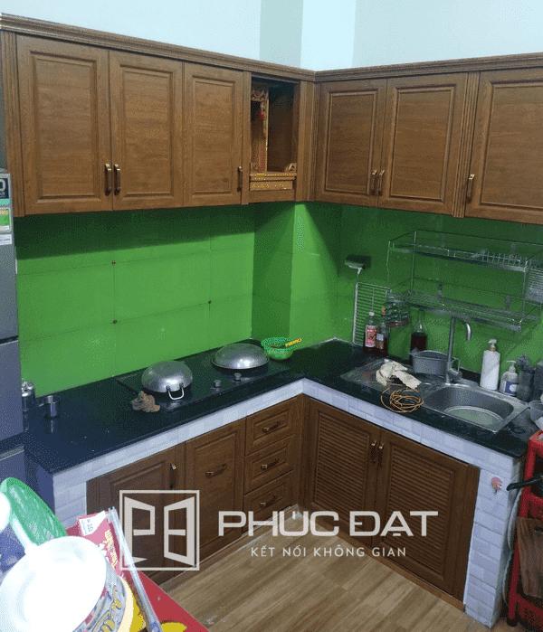 Tủ bếp nhôm nội thất Omega Deco vân gỗ cao cấp.