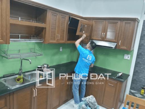 Mẫu tủ bếp đơn giản đẹp sử dụng các loại phụ kiện thông minh để tối ưu sử dụng.