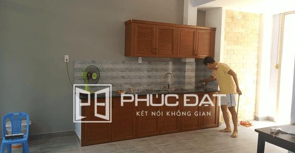 Lắp đặt tủ bếp chữ I chất liệu nhôm giả gỗ cao cấp.