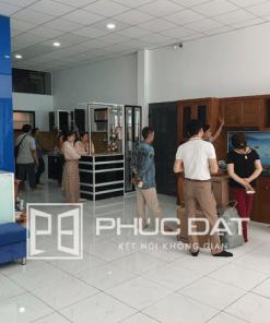 Khách hàng tham quan các mẫu tủ bếp đẹp & nhận tư vấn tại showroom tủ bếp Phúc Đạt.