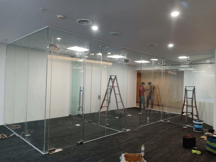 Cửa kính cường lực bản lề sàn 1 cánh lắp đặt kèm vách kính cố định cho văn phòng.