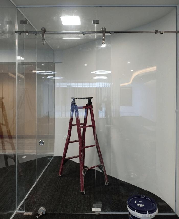 Mẫu cửa kính lùa treo lắp đặt cho văn phòng làm việc tại TPHCM.