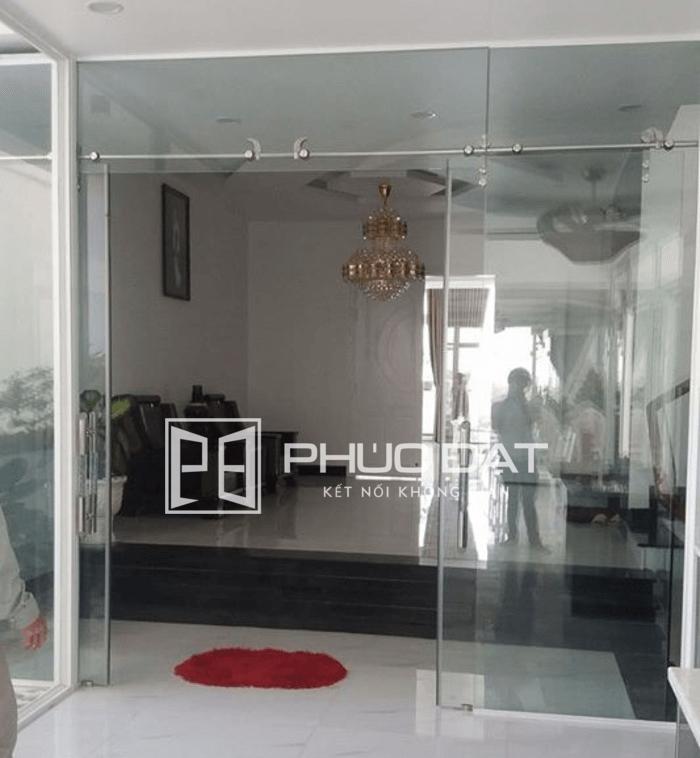 Mẫu cửa kính đẹp dạng cửa lùa kính cường lực tạo không gian tháng đãng cho nhà cửa