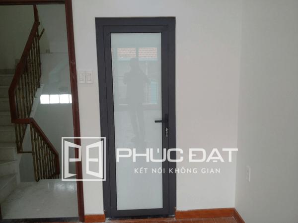 Sản phẩm cửa nhôm Xingfa kính mờ với cấu tạo gồm khung nhôm, kính mờ và phụ kiện.