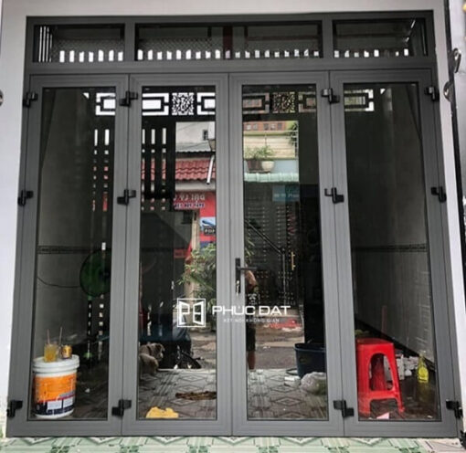Các mẫu cửa nhôm kính suốt thường bị nhiều khách hàng lo ngại về khả năng an toàn chống trộm.