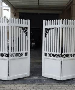 Mẫu cổng sắt xếp sơn màu trắng sứ đẹp.