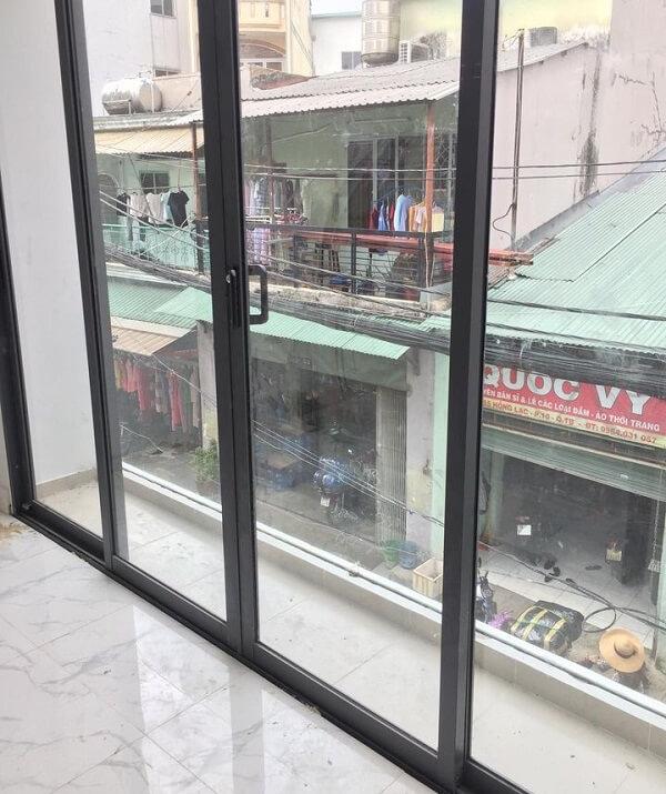 Mẫu cửa kính đẹp cho phòng khách chung cư kết nối với ban công ngoài trời đem lại sự thông thoáng cho không gian