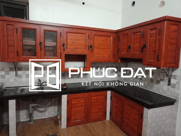 Tủ bếp nhôm vân gỗ mặt đá ốp bếp màu đen.