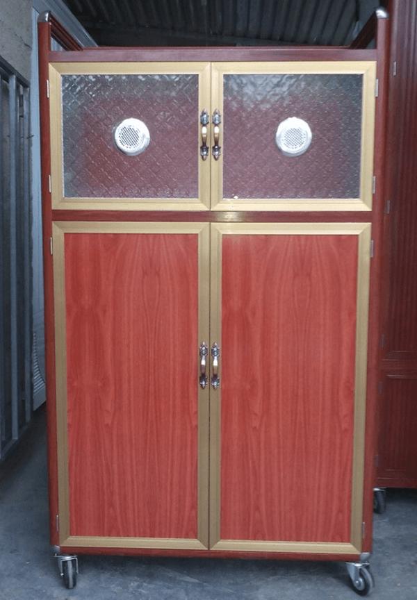 Mẫu tủ chén nhôm kính thay cánh kính bằng các tấm nhôm màu vân gỗ sang trọng.