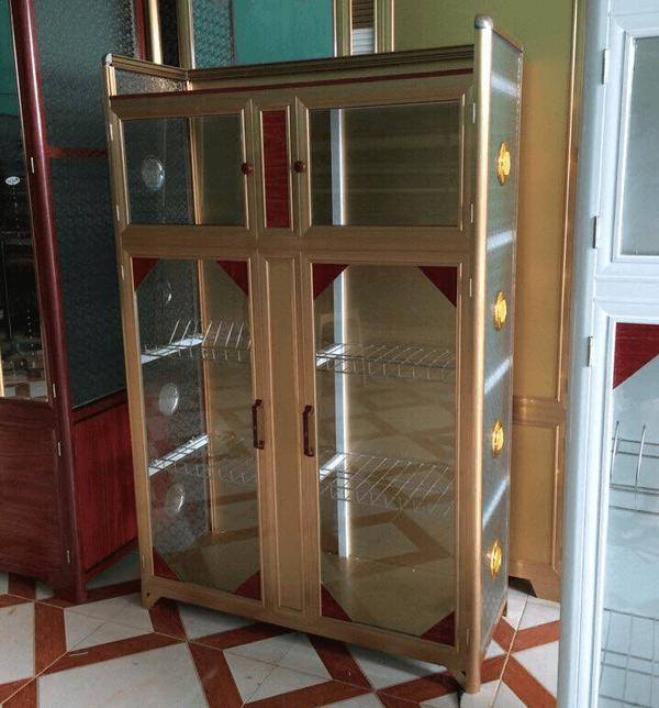 Mẫu tủ sử dụng nhôm màu vàng đồng kết hợp kính cường lực trong cũng được nhiều khách hàng lựa chọn.