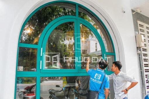 Cửa nhôm Xingfa màu xanh, mẫu màu sơn theo yêu cầu đặc biệt của khách hàng.