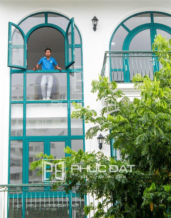 Công trình lắp đặt vách kính Xingfa và cửa kính - Tất cả được sơn lại màu xanh theo yêu cầu của khách hàng.