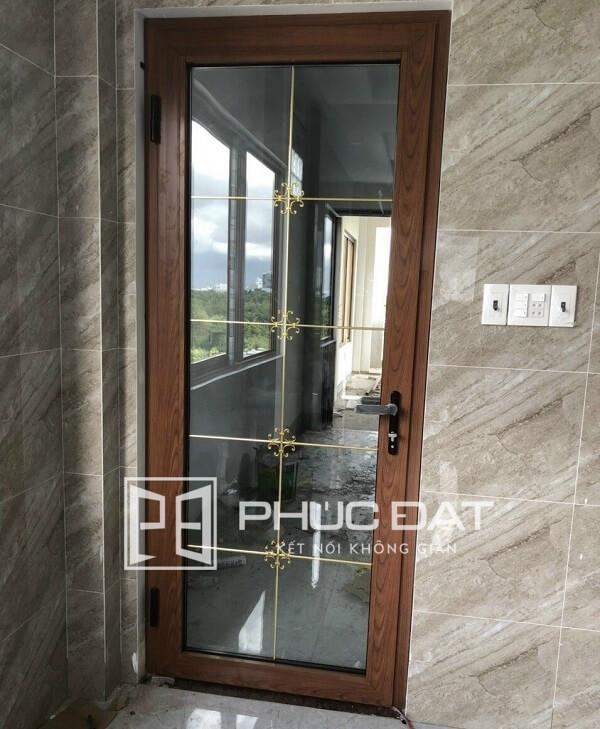 Cửa kính cách âm sử dụng khung nhôm Xingfa vân gỗ & khung trang trí sang trọng.