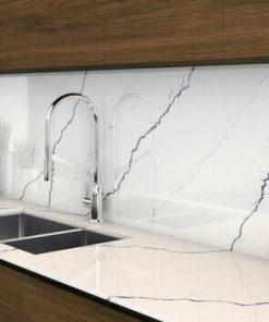Đá ốp bếp màu trắng tinh tế và cho cảm giác sạch sẽ, sáng không gian.