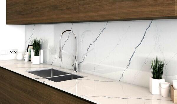 Mặt đá tủ bếp màu trắng ốp mặt bếp và ốp tường bếp.